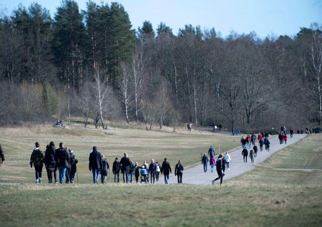 Pessoas andando ao ar livre em Djurgarden, em meio à pandemia do coronavírus, em Estocolmo, Suécia, 22 de março de 2020