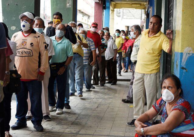 Idosos fazem fila para receber aposentadoria mensal antes das 16h-8h, toque de recolher imposto pelo governo para evitar a propagação do coronavírus, em Guayaquil, Equador, 20 de março de 2020