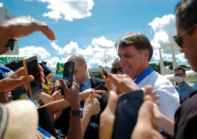 Bolsonaro cumprimenta apoiadores em manifestação em frente ao Planalto em meio à epidemia do coronavírus