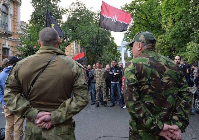 Manifestação em Kiev, no último sábado (11),  em apoio ao grupo ultranacionalista ucraniano Setor de Direita