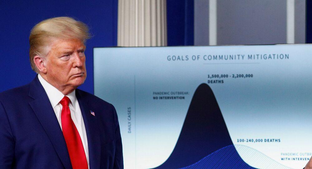 Presidente dos EUA, Donald Trump, em frente a gráfico intitulado Metas de Mitigação Comunitária mostrando as mortes projetadas nos EUA em meio à pandemia, durante briefing diário de resposta ao coronavírus na Casa Branca em Washington, EUA, em 31 de março de 2020