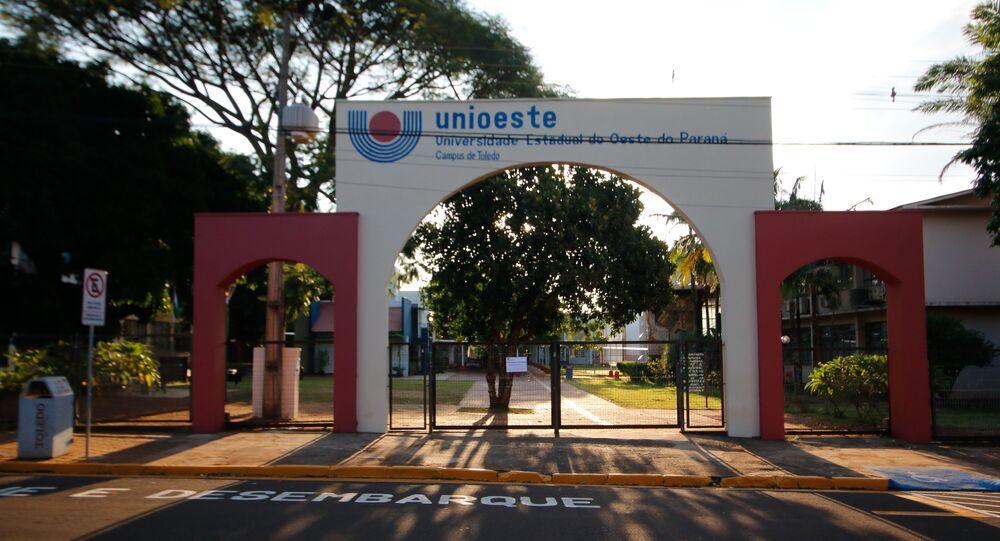 Universidade com portão fechado em Toledo, no Paraná, devido à crise do coronavírus