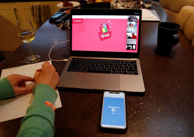 A família Ridd (na tela) participa de um quiz on-line usando os aplicativos Zoom e Kahoot, em meio à propagação da COVID-19, em Manchester, Reino Unido, 1º de abril de 2020