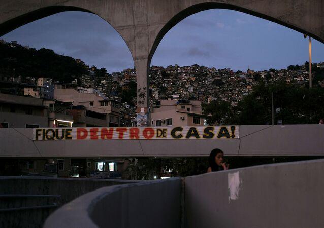 Placa pede para que pessoas fiquem em casa, próximo à Rocinha, no Rio de Janeiro, 1º de abril de 2020