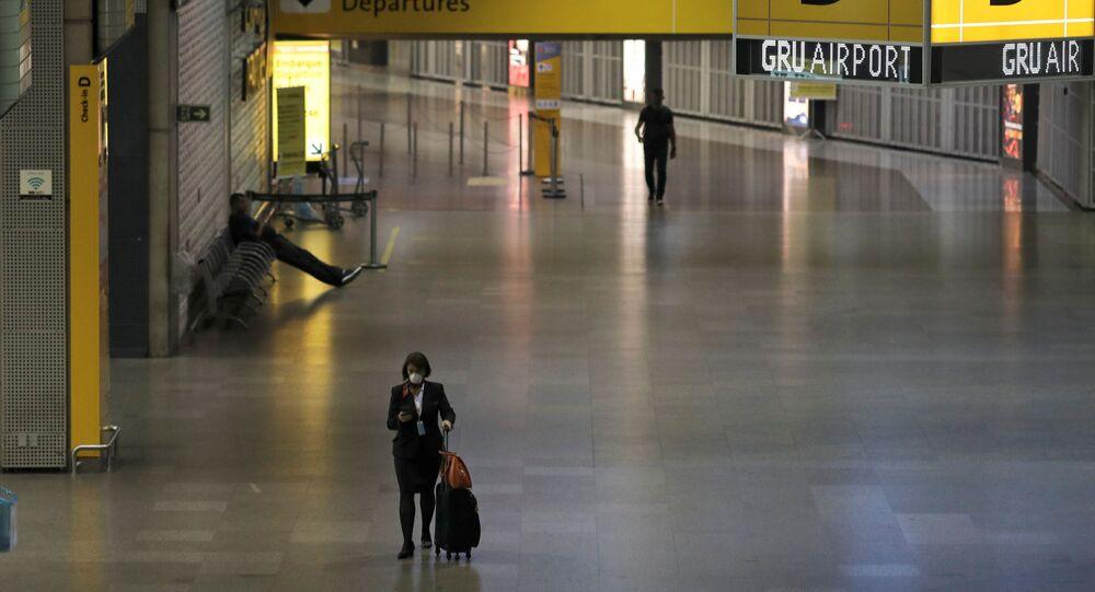 Comissária de bordo usando máscara protetora no Aeroporto Internacional de Guarulhos, no estado de São Paulo, 1º de abril de 2020
