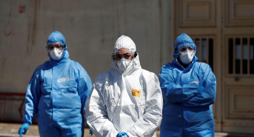 Funcionários da saúde com equipamento de proteção esperam no exterior de uma unidade logística móvel, enquanto a propagação da doença do coronavírus (COVID-19) continua em Roma, Itália, 1º de abril de 2020