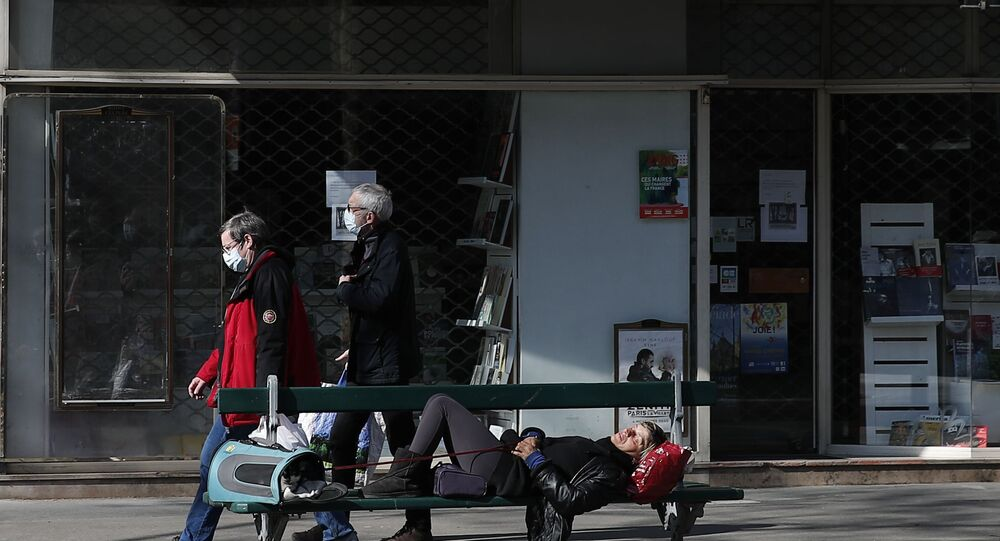 Habitantes de Paris caminhando com máscaras de proteção contra coronavírus na França
