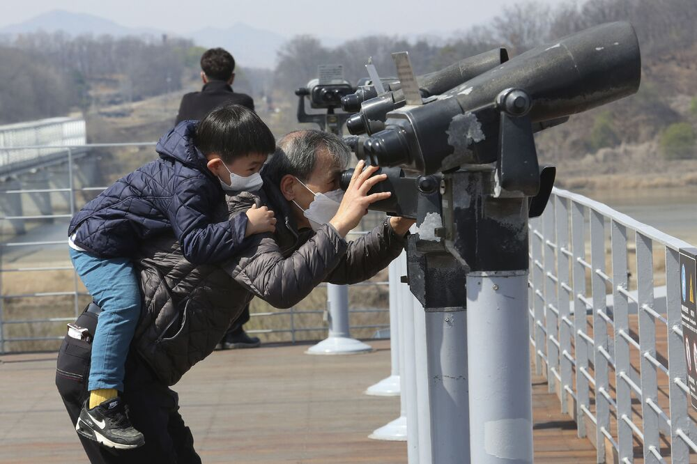 Vestindo máscaras, avô e neto observaram céu na Coreia do Norte