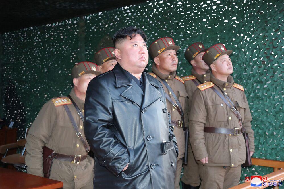 Kim Jong-un observa disparo de míssil na Coreia do Norte