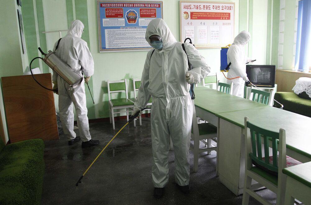Funcionários realizam desinfecção de hospital na Coreia do Norte