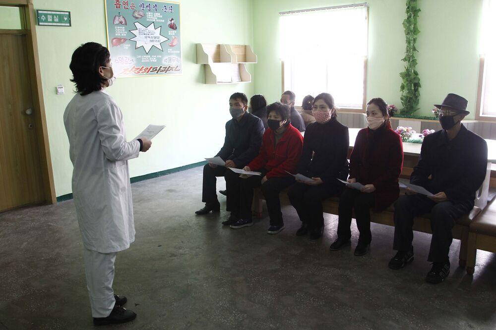 Enfermeira norte-coreana explica medidas de prevenção do coronavírus