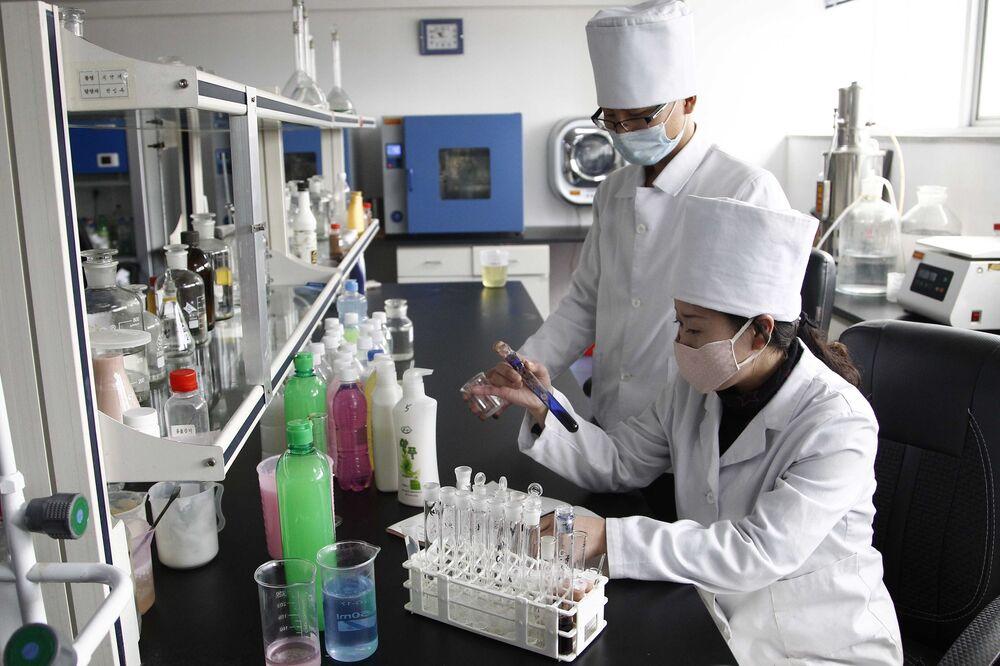 Funcionários de fábrica na capital norte-coreana produzem itens de higiene pessoal contra o coronavírus
