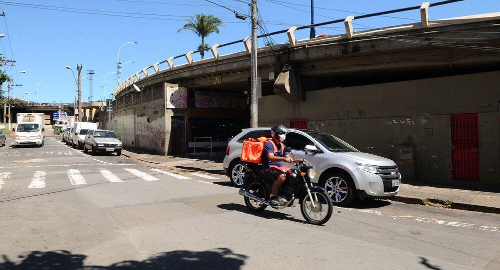 Trabalho informal: entregador em rua de Campinas vazia diante do coronavírus