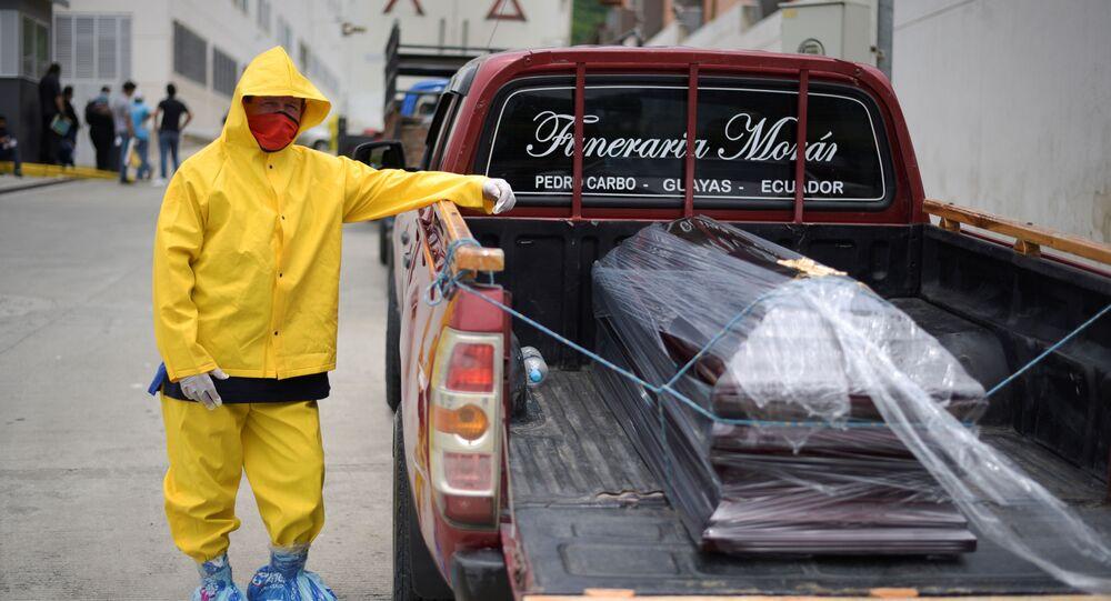 Agente funerário usando um macacão de proteção espera com um caixão em uma caminhonete fora do Hospital Los Ceibos, depois que o Equador foi notificado de novos casos de coronavírus, em Guayaquil, Equador, 1º de abril de 2020