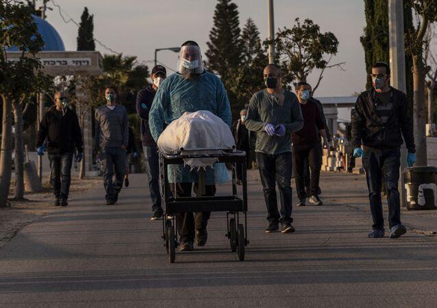 Vítima do COVID-19 é enterrada na cidade israelense de Ashkelon