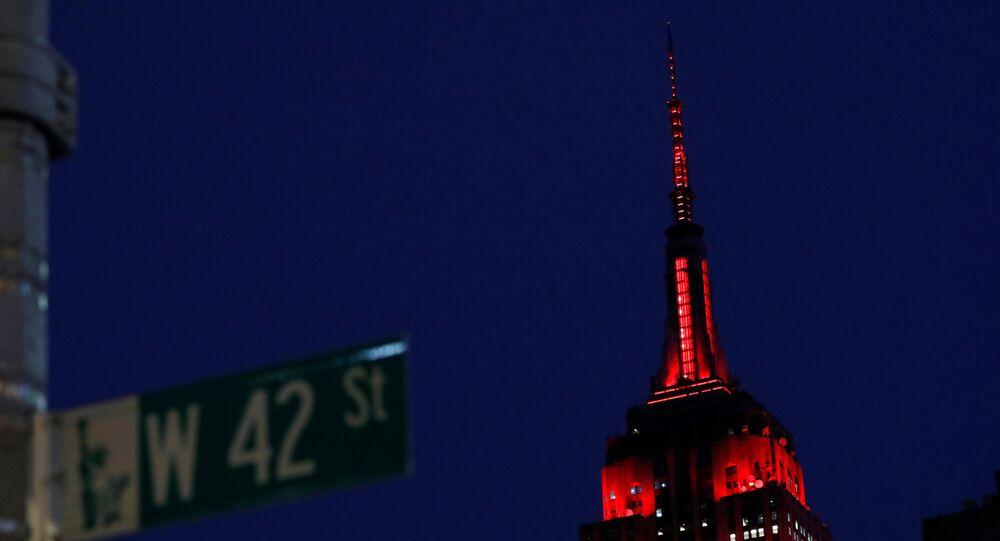 Prédio do Empire State, em Nova York, iluminado para homenagear os agentes de saúde que combatem a COVID-19, 2 de abril de 2020