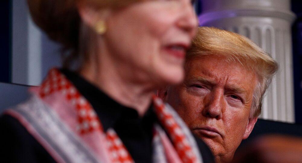Presidente dos EUA, Donald Trump e a embaixadora Debbie Birx, coordenadora da Casa Branca para resposta a COVID-19, em conferência de imprensa, 2 de abril de 2020.