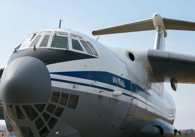 Avião de transporte Il-76 da Força Aeroespacial da Rússia, com especialistas militares e equipamentos a bordo para prestar auxílio à Sérvia, no aeródromo militar Chkalovsky