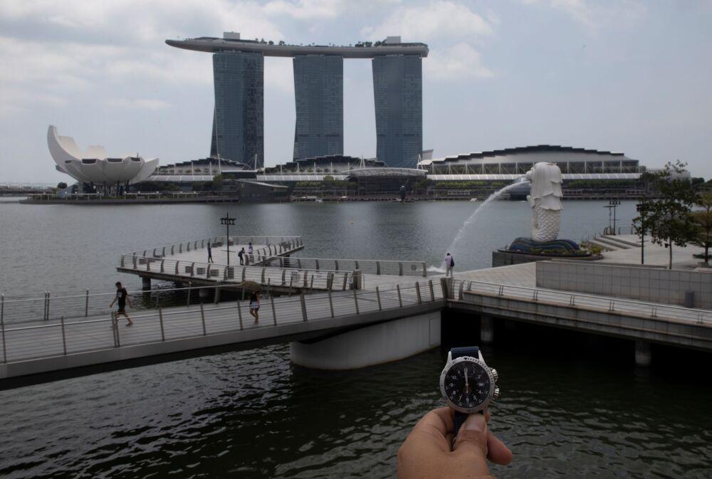 Relógio demonstra horário em Singapura