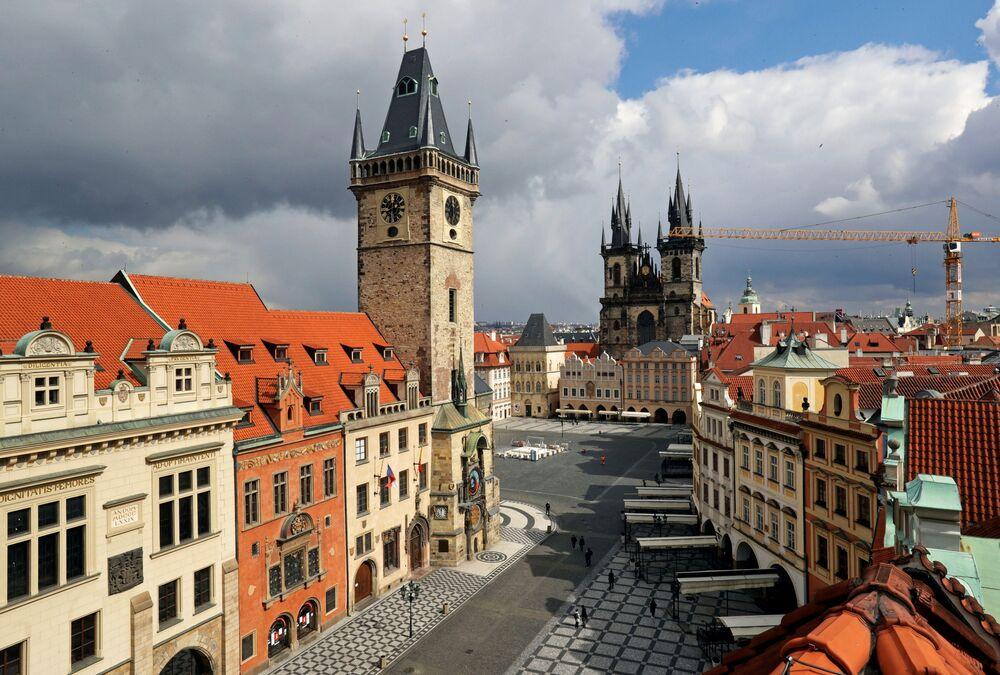 Régio revela horário em praça na cidade velha de Praga, República Tcheca