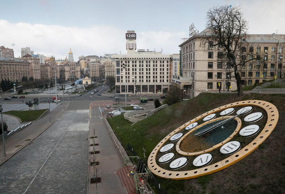 Relógio mostra as horas na Praça Maidan de Kiev, capital da Ucrânia