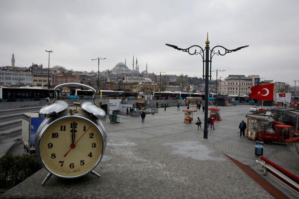 Fotografia de relógio tirada às 12h em Istambul, Turquia