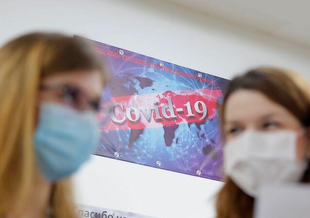 Mulheres usando máscaras de proteção conversam em um hospital de Moscou, na Rússia