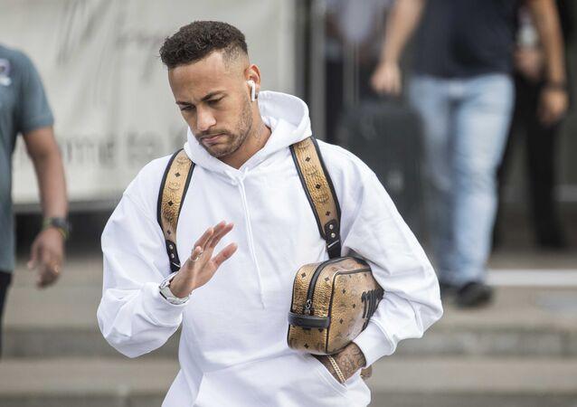 Jogador brasileiro Neymar durante desembarque em Kazan, na Rússia