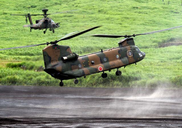 Helicóptero CH-47J Chinook e Apache AH-64DJP