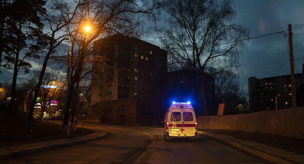 Ambulância em rua Moscou