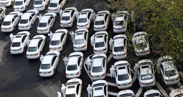Carros estacionados em manifestação de luto pelas vítimas do coronavírus na China