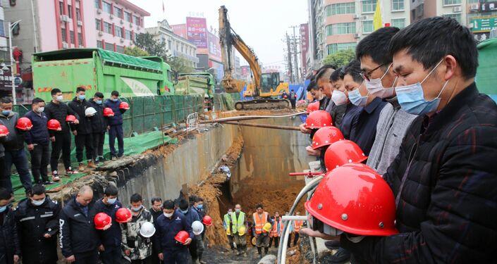 Construtores prestam homenagem aos mortos pelo coronavírus na China