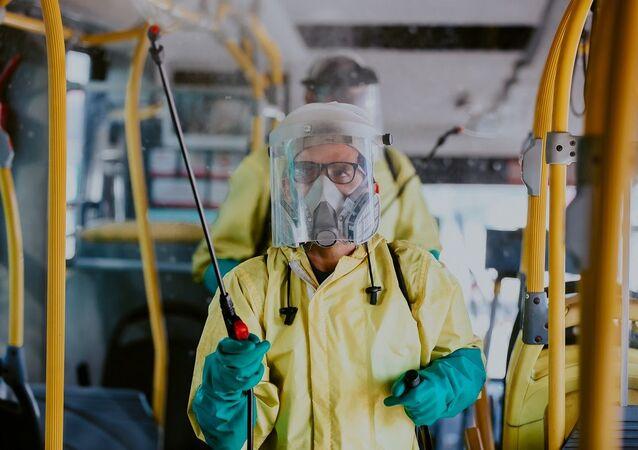 Funcionário higieniza ônibus do transporte coletivo de Curitiba (PR) como medida para evitar a propagação do coronavírus