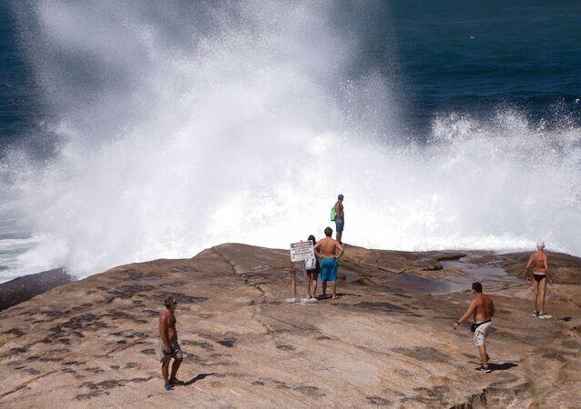 Ressaca atinge as praias de Ipanema e do Arpoador, No Rio de Janeiro (RJ)
