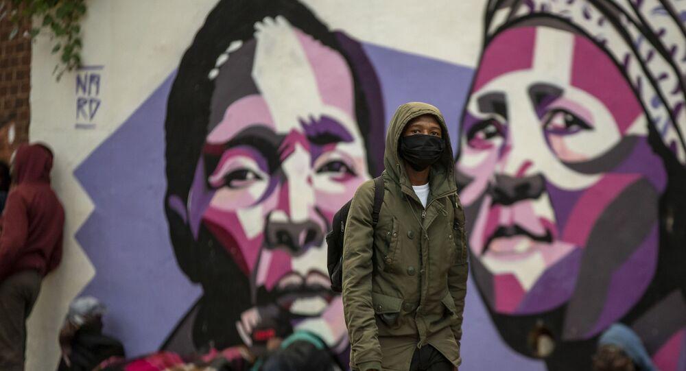 Jovem usa máscara protetora em meio à propagação do novo coronavírus, em Joanesburgo, África do Sul, 27 de março de 2020