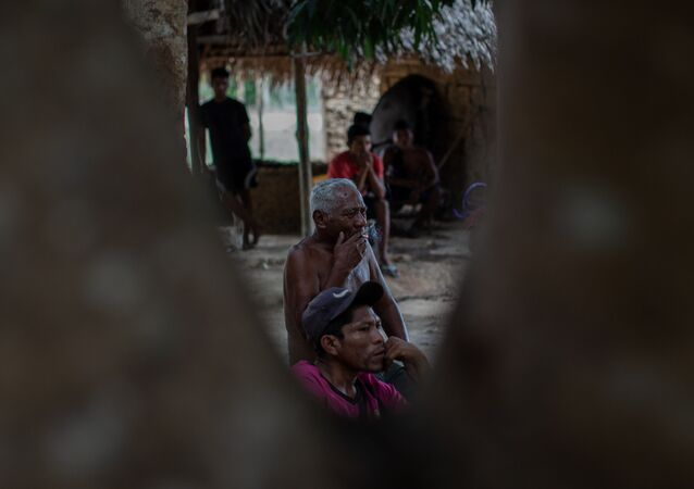 Índios da etnia Guajajara em uma estrada entre duas aldeias no Maranhão
