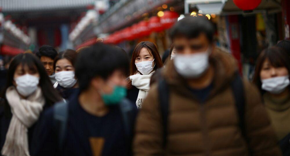 Pessoas usando máscaras de proteção durante pandemia do coronavírus, em Tóquio, Japão, 8 de março de 2020