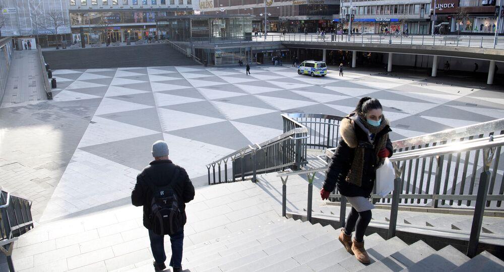 Pessoas caminhando em Estocolmo em meio à propagação do coronavírus na Suécia, 4 de abril de 2020