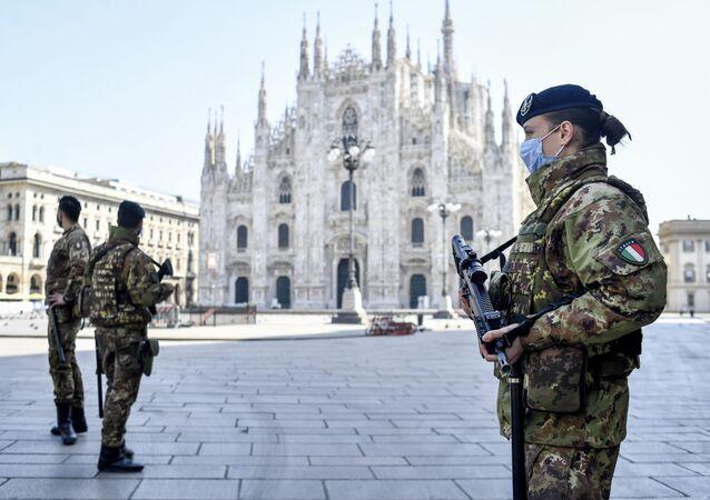 Soldados patrulham a Catedral de Milão, na Itália, 5 de abril de 2020