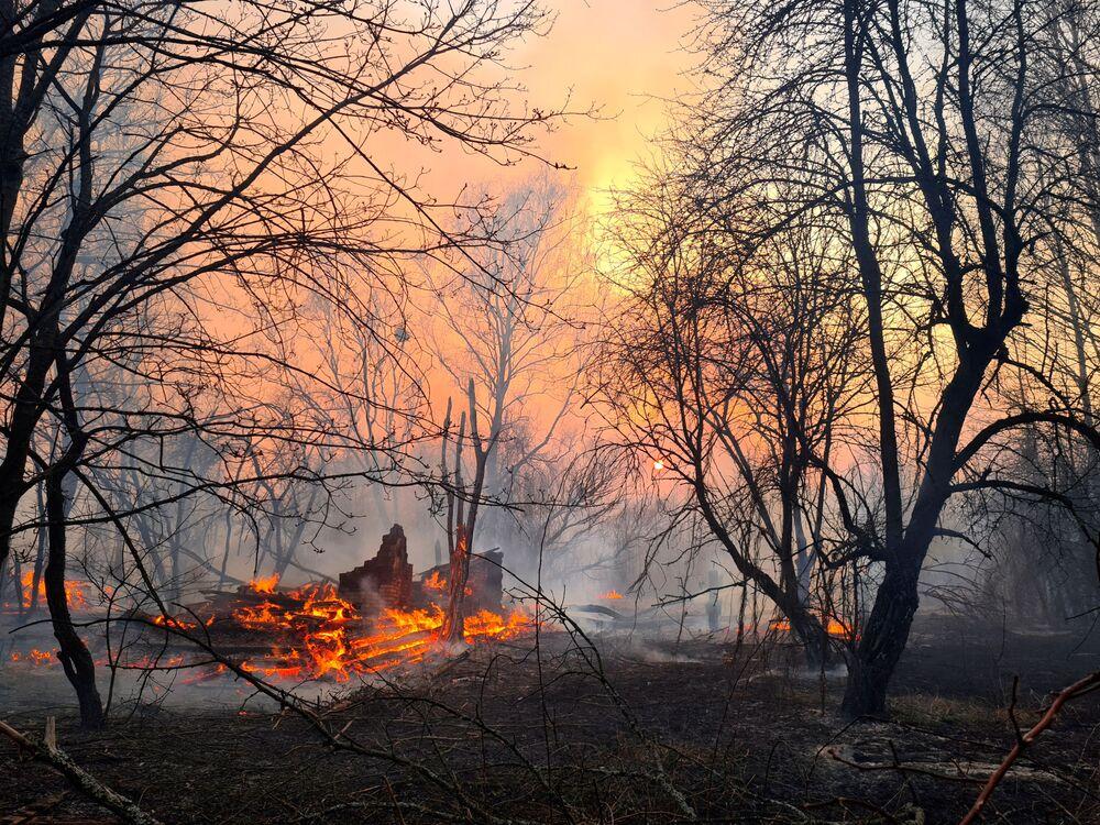 Imagem retrata incêndio próximo à Chernobyl