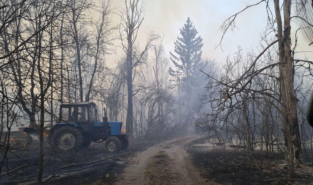 Trator em floresta afetada por incêndio próximo à Chernobyl