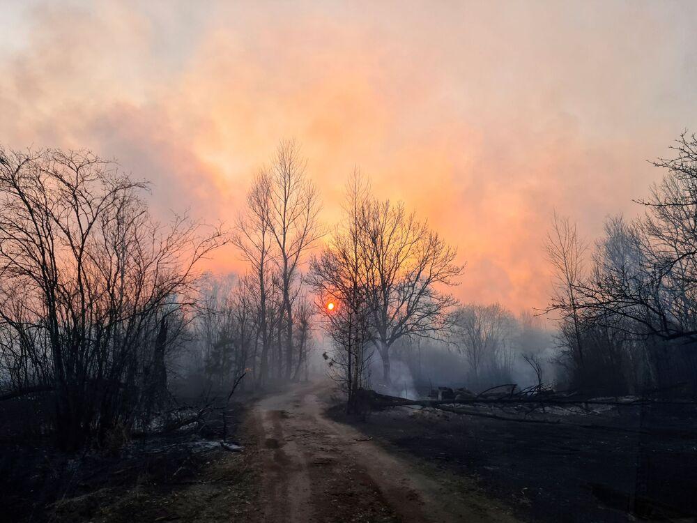 Imagem registra fumaça de incêndio em região onde se encontra Chernobyl