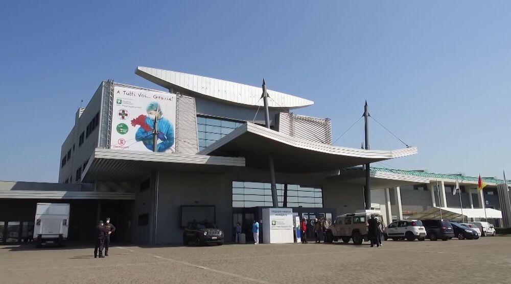 Vista de fora do hospital de campanha de Bergamo, onde especialistas russos e italianos trabalharão em conjunto no tratamento de pacientes com a COVID-19