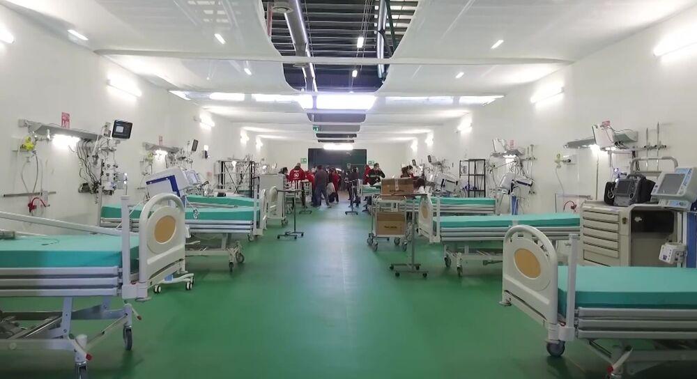 Leitos no hospital de campanha de Bergamo, onde 200 especialistas russos e italianos atenderão 24 horas por dia pacientes com a COVID-19