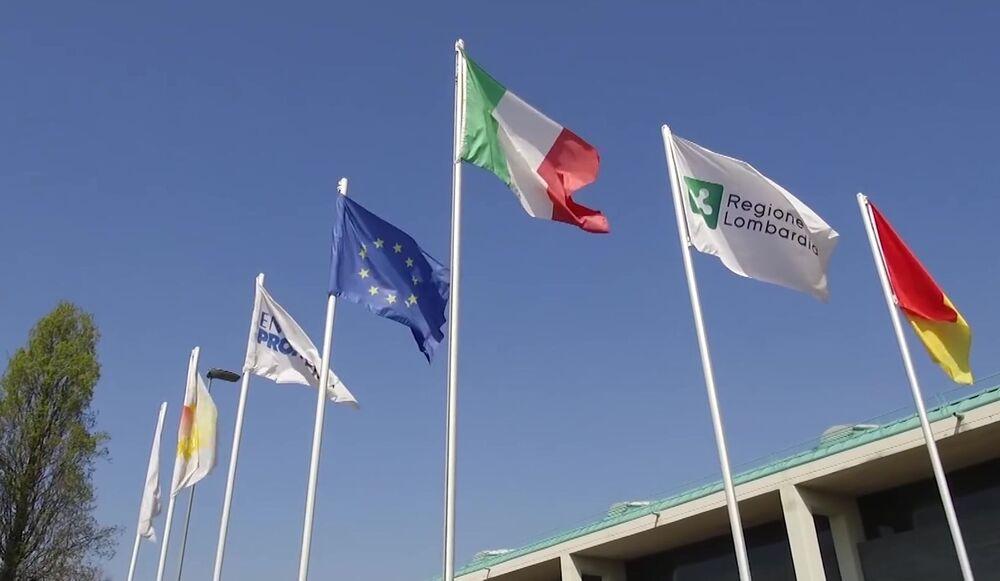 Bandeiras tremulam no hospital de campanha de Bergamo, Itália, enquanto unidade de saúde se prepara para tratar infectados pela COVID-19 com a ajuda de especialistas russos