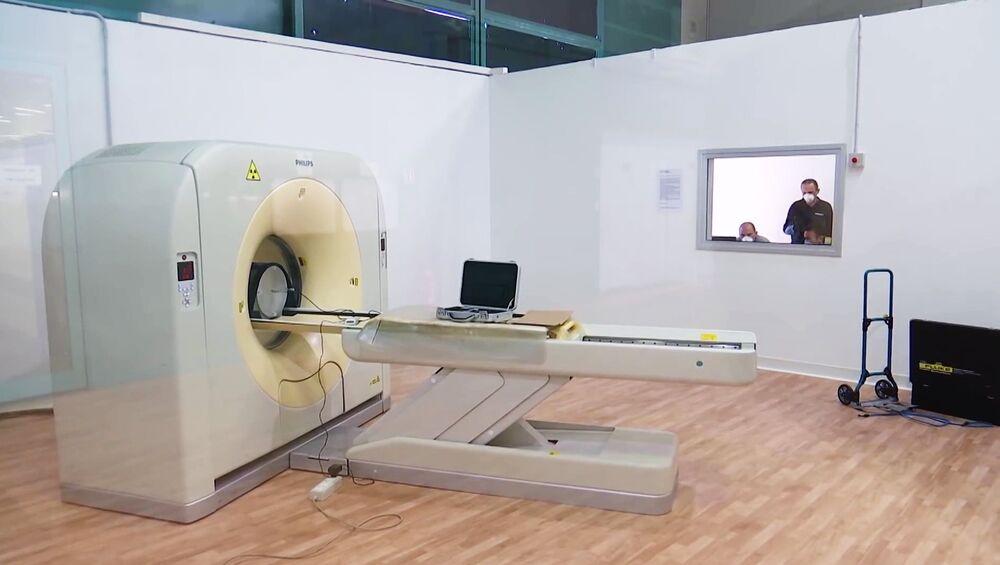 Aparelho de tomografia no hospital de campanha de Bergamo, Itália, onde especialistas russos e italianos irão atender pacientes com a COVID-19 dia e noite