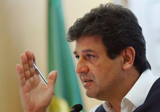 Ministro da Saúde do Brasil, Luiz Henrique Mandetta, fala durante coletiva de imprensa em Brasília, 6 de abril de 2020