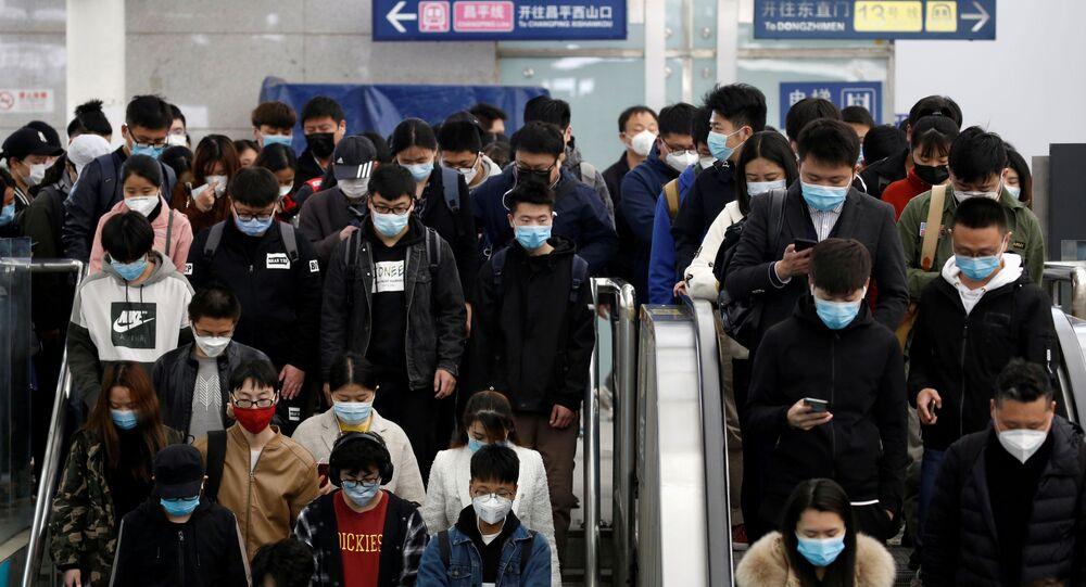 Pessoas com máscaras protetoras no metrô de Pequim, na China, 7 de abril de 2020