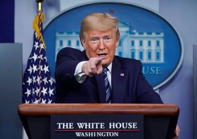Presidente dos EUA, Donald Trump, durante briefing diário contra o coronavírus na Casa Branca, Washington, EUA, 5 de abril de 2020