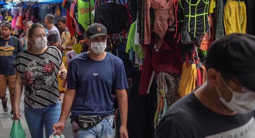 Pedestres usando máscaras em mercado de rua de São Paulo durante a pandemia de COVID-19 (foto de arquivo)